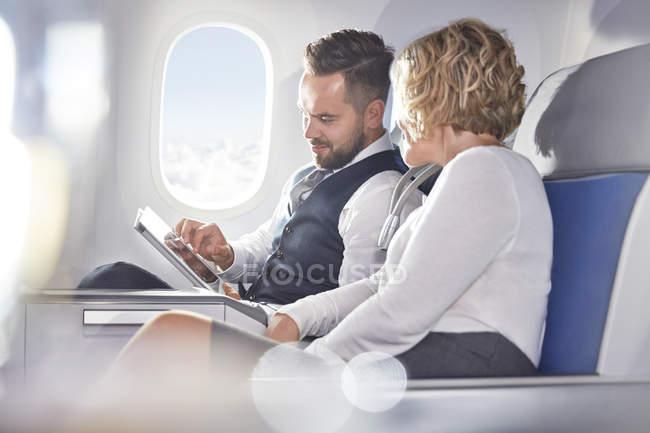 Бізнесмен і підприємець, використовуючи цифровий планшетний літак — стокове фото