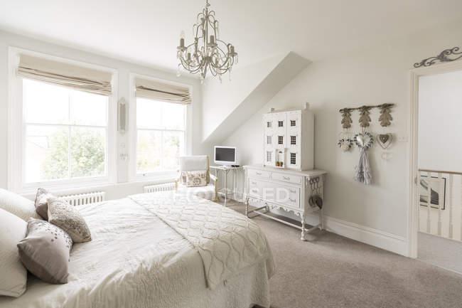 Blanc, luxe maison vitrine intérieur chambre à coucher avec lustre — Photo de stock