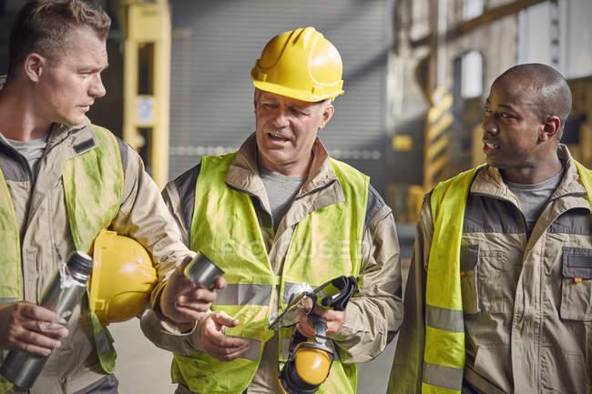 Stahlarbeiter mit isoliertem Getränkebehälter machen Kaffeepause in Stahlwerk — Stockfoto