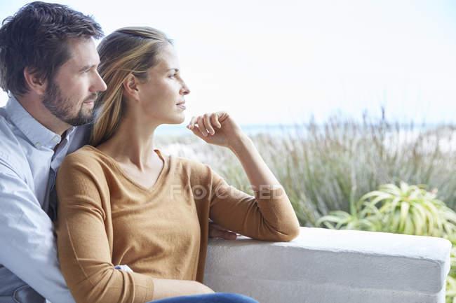 Heitere paar Wegsehen auf Terrasse — Stockfoto