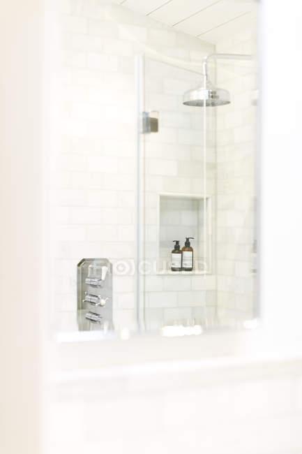 Weißes Haus Vitrine Badezimmer — Stockfoto