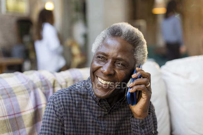 Lächelnder Senior spricht auf Smartphone — Stockfoto