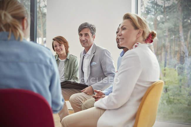 Personas que escuchan en sesión de terapia de grupo - foto de stock