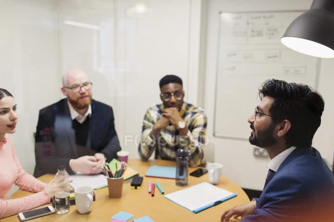 Pessoas de negócios criativos de brainstorming em reunião numa sala de conferência — Fotografia de Stock