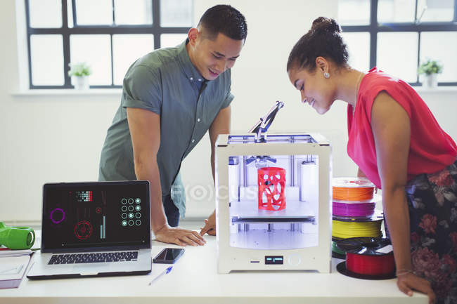 Designers regardant l'imprimante 3D sur la table — Photo de stock