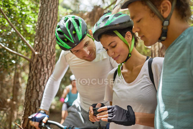 Amici mountain bike, controllo fotocamera indossabile — Foto stock