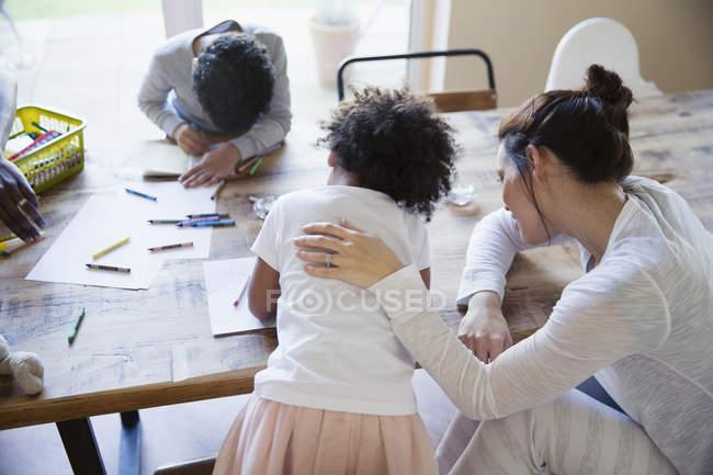 Familia joven feliz para colorear juntos en casa - foto de stock