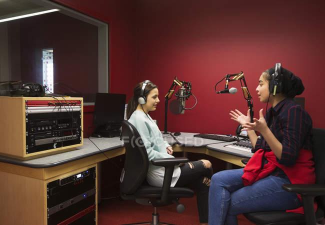 Teenager Musiker Musikaufnahmen in schallkabine — Stockfoto