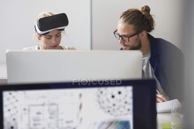 Concentrato di programmatori di computer programmazione occhiali di simulatore di realtà virtuale al computer in ufficio — Foto stock