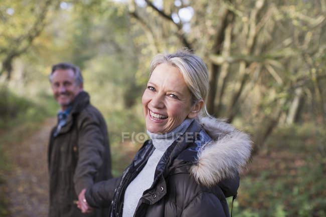 Mature couple caucasien marche ensemble dans automne parc — Photo de stock