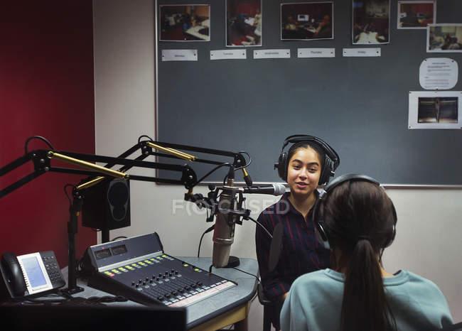 Teenager-Mädchen Musiker Musik aufnehmen, singen in schallkabine — Stockfoto