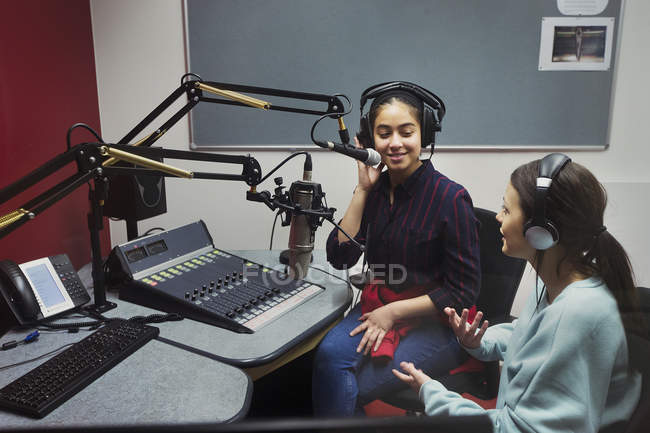 Музыкантки-подростки записывают музыку в звукозаписывающей кабинке — стоковое фото