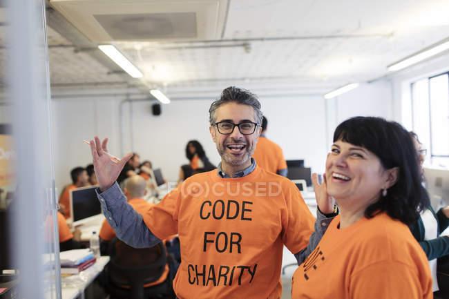 Энтузиазм хакеров, кодирующих для благотворительности на хакатоне — стоковое фото