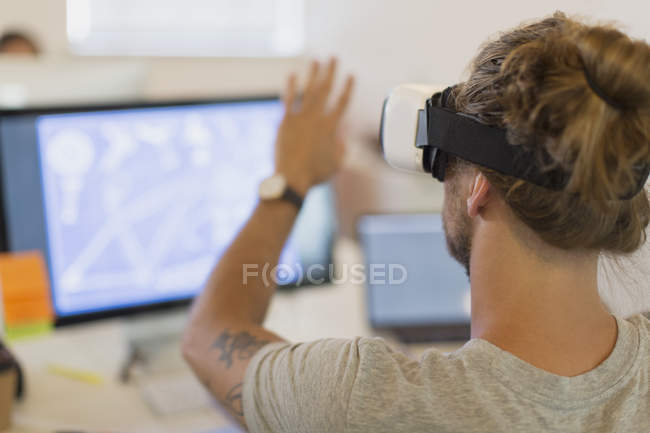 Computer-Programmierer testen virtual-Reality-Simulator-Brille am Computer im Büro — Stockfoto