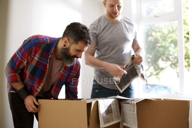 Coppia gay maschile dell'imballaggio, trasloco — Foto stock
