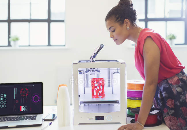 Designer féminin regardant imprimante 3D — Photo de stock