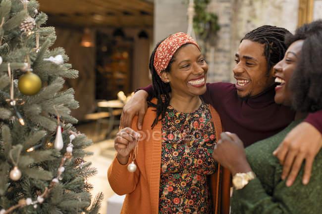 Joyeux câlin familial, décoration d'arbre de Noël — Photo de stock