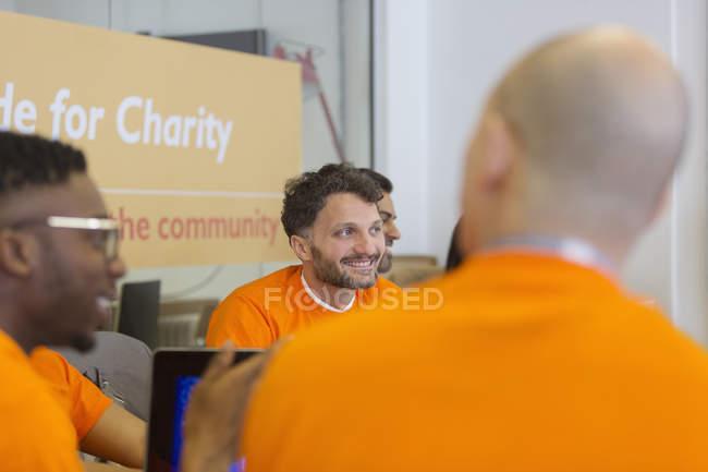 Codage de pirate souriant pour la charité au hackathon — Photo de stock