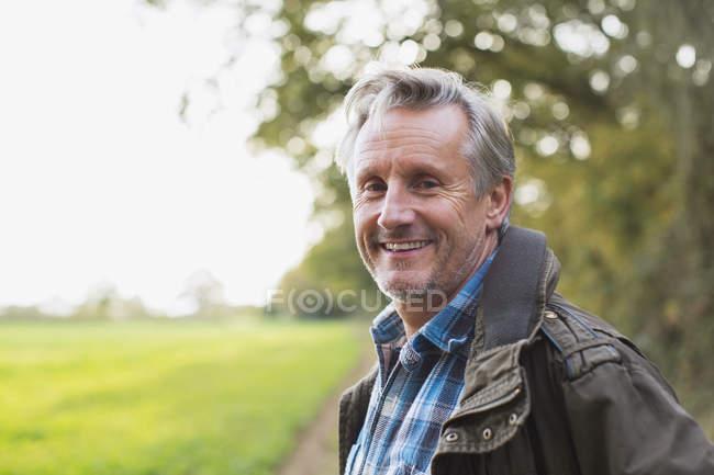 Портрет уверенного взрослого кавказца в осеннем парке — стоковое фото