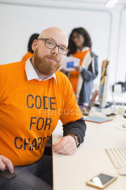 Porträt selbstbewusste Hacker codieren für wohltätigen Zweck beim Hackathon — Stockfoto