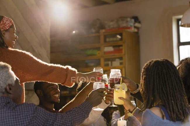 Família brindando copos de limonada e sangria em jantar — Fotografia de Stock