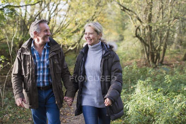 Madura pareja caucásica caminar juntos en el Parque otoño - foto de stock