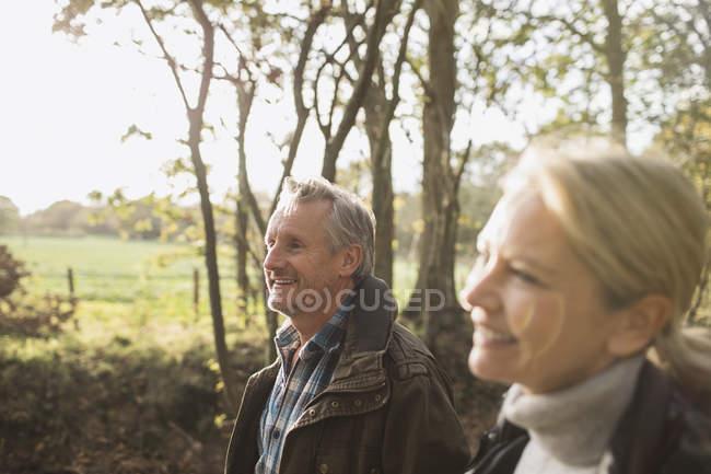 Зрілі кавказька пара ходити разом в Осінній Парк — стокове фото