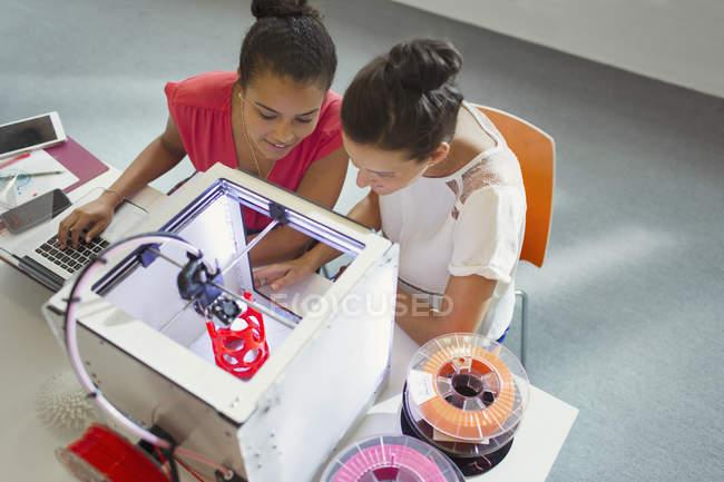 Diseñadoras usando impresora 3D - foto de stock
