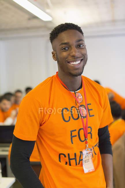 Portrait confiant hacker codage pour la charité au hackathon — Photo de stock