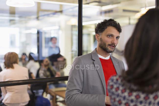Homme d'affaires attentif, écouter de la collègue de bureau — Photo de stock