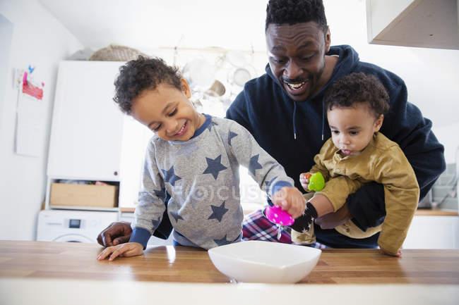 Afro-americano pai brincando com crianças em casa — Fotografia de Stock