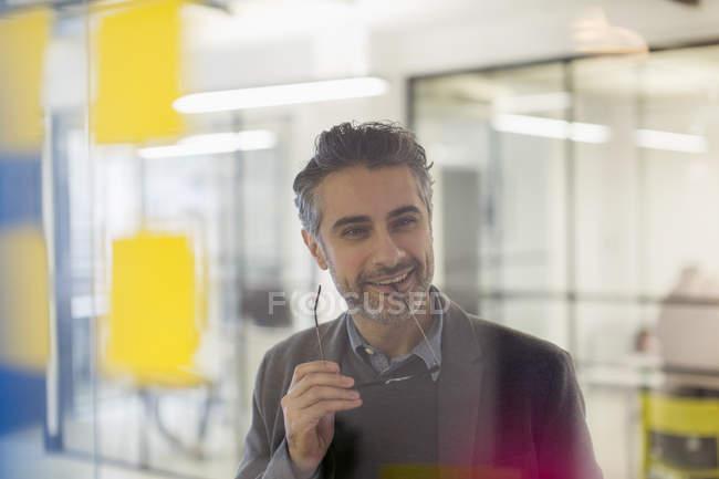 Selbstbewusstes, lächelndes kreatives Geschäftsmann-Brainstorming im Amt — Stockfoto