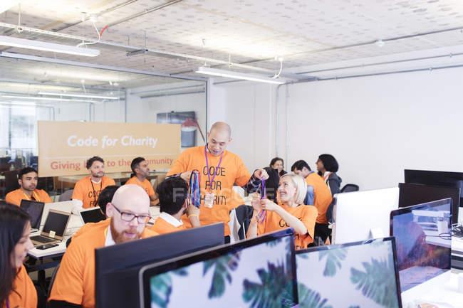 Pirates avec longes codant pour la charité hackathon — Photo de stock