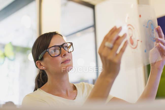 Diagrama de transparência examinando desenhador no escritório — Fotografia de Stock