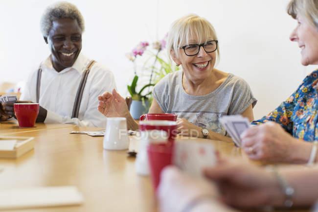 Щасливі старший друзів гральних карт в казка в общинний центр — Stock Photo