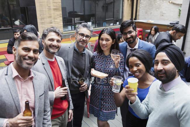 Портрет, улыбка друзей пить на вечеринке на патио — стоковое фото