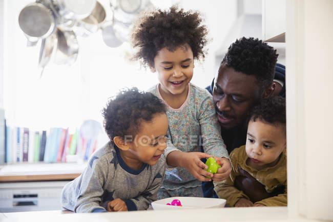Щасливий батько, граючи з дітьми в домашніх умовах — стокове фото