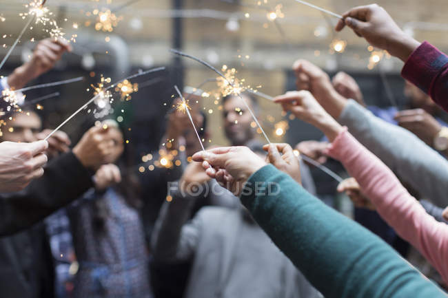 Друзья, празднование с бенгальские огни — стоковое фото