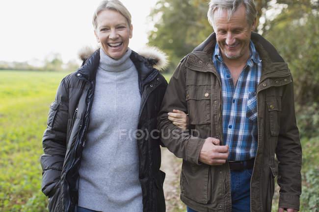 Felice sorridente coppia matura camminando all'aperto — Foto stock