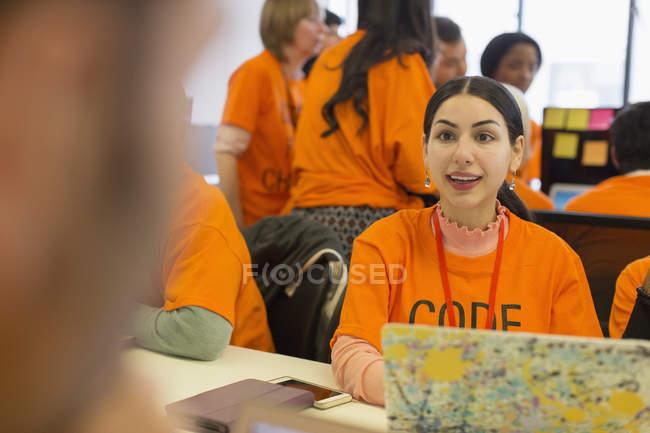 Pirates à l'ordinateur portable de codage pour la charité hackathon — Photo de stock