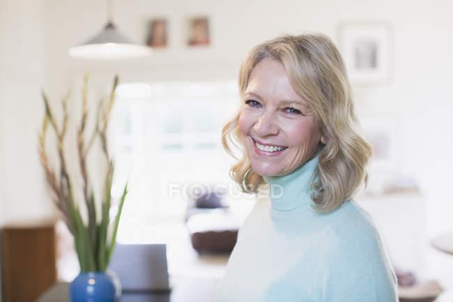 Porträt lächelt selbstbewusst reife Frau — Stockfoto