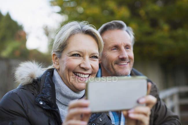 Зрелые Кавказский пара принимая картину в парке — стоковое фото