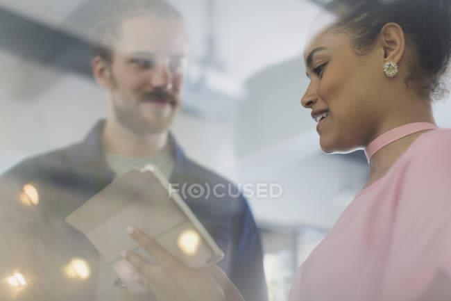 Gente de negocios usando tableta digital en la oficina - foto de stock