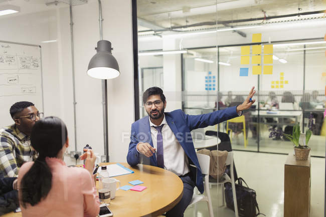 Uomo d'affari creativo che parla in sala conferenze riunione — Foto stock