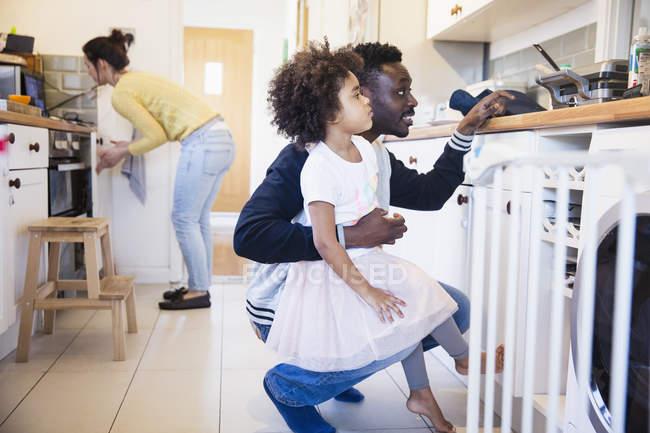 Vater und Tochter backen Waffeln in Küche — Stockfoto