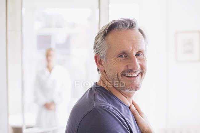 Ritratto sorridente, sicuro di sé uomo maturo a casa moderna — Foto stock