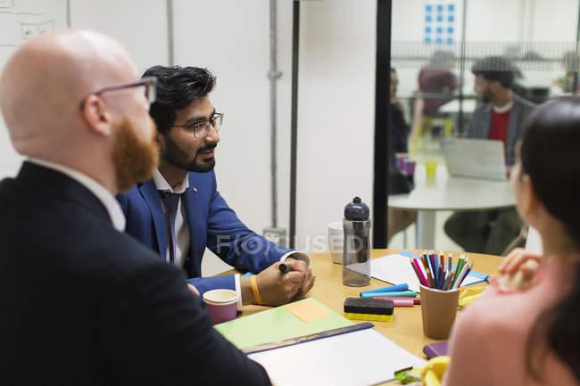 Kreative Geschäftsleute unterhalten sich im Konferenzraum — Stockfoto