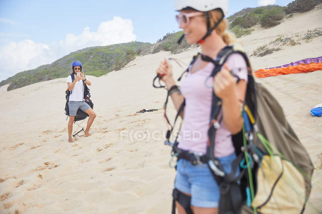 Paragliders with equipment on beach — Stock Photo
