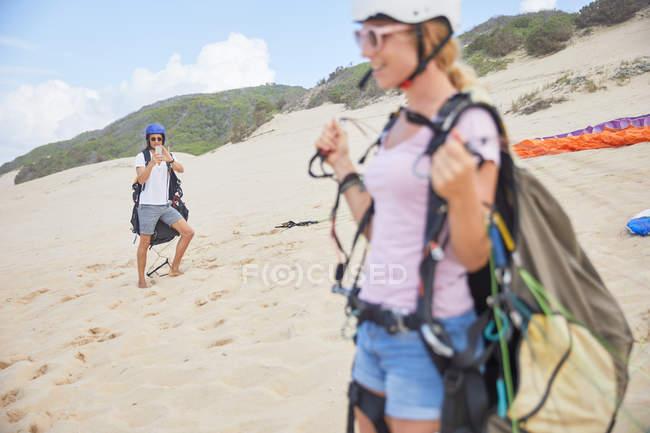 Parapendio con attrezzatura in spiaggia — Foto stock