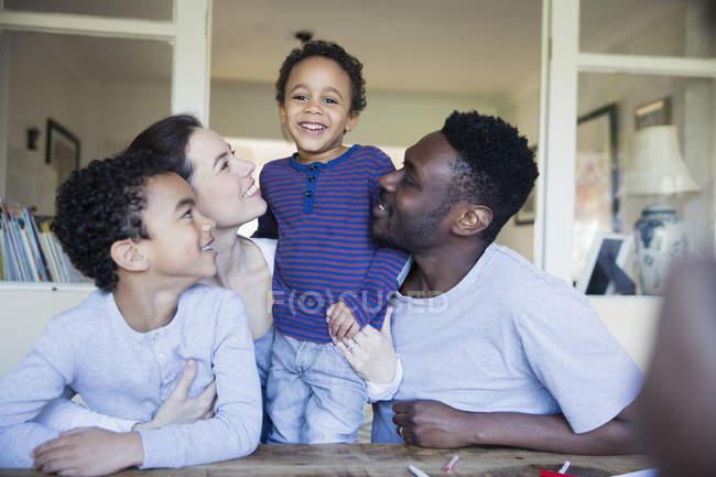 Retrato família multirracial feliz à mesa — Fotografia de Stock